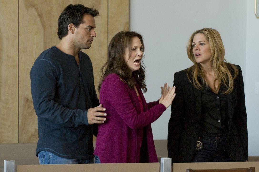 Das Ergebnis des ersten Verhandlungstages schockiert Mary (Mary McCormack, r.), Jinx (Lesley Ann Warren, M.) und Raphael (Christian de la Fuente, l.... - Bildquelle: USA Network