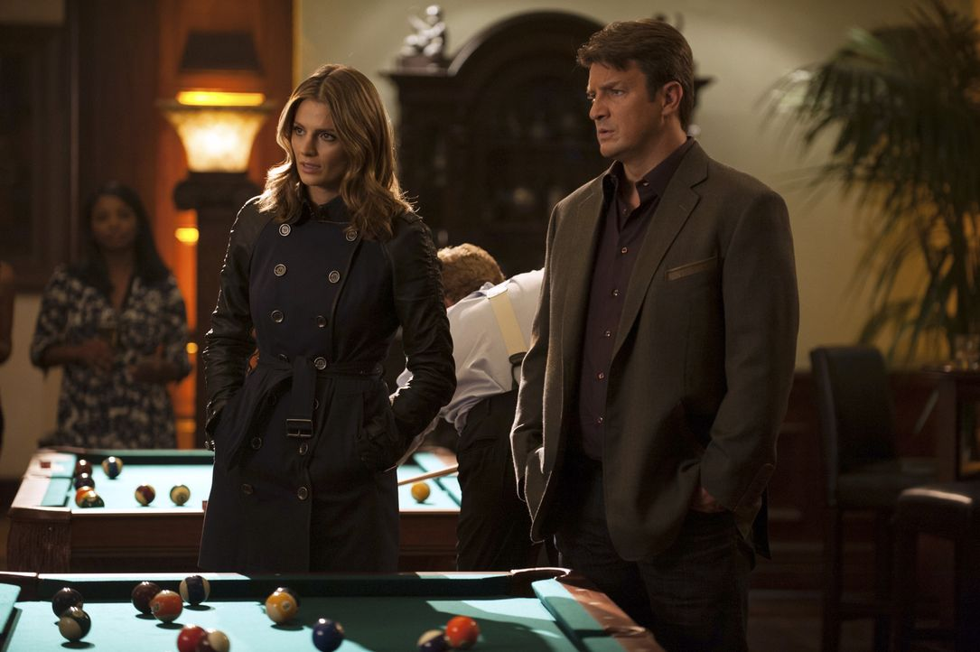 Ihr neuer Fall gibt ihnen Rätsel auf: Kate (Stana Katic, l.) und Castle (Nathan Fillion, r.) ... - Bildquelle: Colleen Hayes ABC Studios
