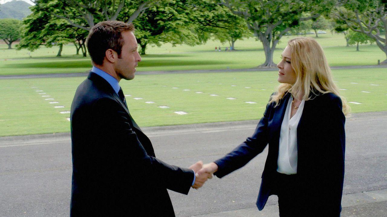Am vierten Todestag seines Vaters, trifft Steve (Alex O'Loughlin, l.) auf Ellie Clayton (Mirrah Foulkes, r.), die ihm bei der Aufklärung des letzten... - Bildquelle: 2014 CBS Broadcasting Inc. All Rights Reserved.
