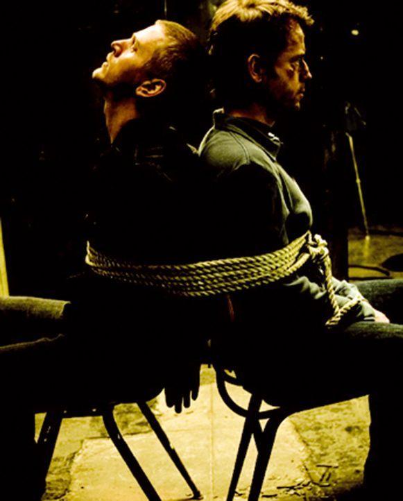 Fünf Männer wachen ohne jegliche Erinnerung, weder der Geschehnisse noch ihrer eigenen Identität, in einer Fabrikhalle auf. Zwei sind gefesselt (Bar... - Bildquelle: 2002-2007 ASCOT ELITE Home Entertainment GmbH. Alle Rechte vorbehalten.