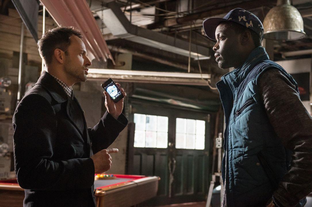Alfredo Llamosa (Ato Essandoh, r.) versucht, Holmes (Jonny Lee Miller, l.) wegen seiner Schuldgefühle im Zusammenhang mit Bells Verletzung Rat zu ge... - Bildquelle: CBS Television