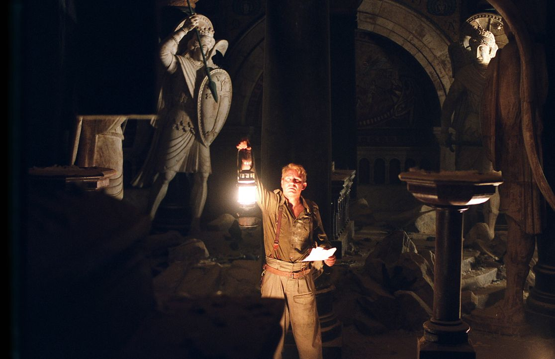 Im freigelegten Dach der Kirche findet Merrin (Stellan Skarsgård) seltsame Begebenheiten vor: Christus wurde kopfüber aufgehängt, Engel zeigen mit i... - Bildquelle: Warner Brothers