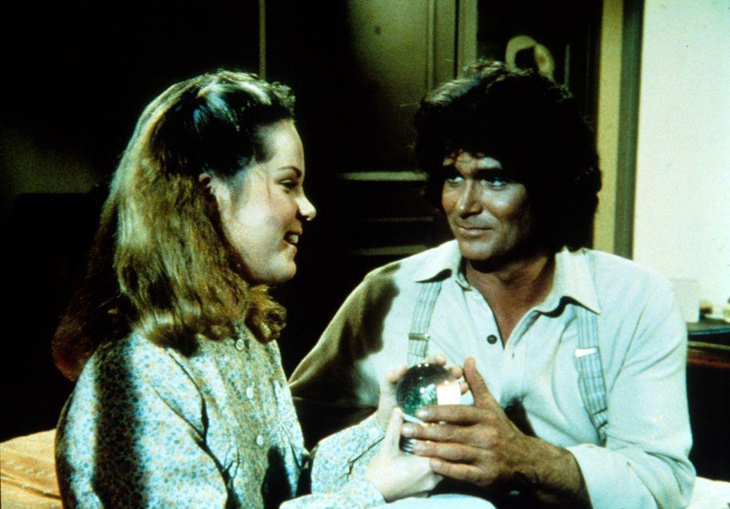 Charles (Michael Landon, r.) hat Mary (Melissa Sue Anderson, l.) ein Geschenk mitgebracht ... - Bildquelle: Worldvision