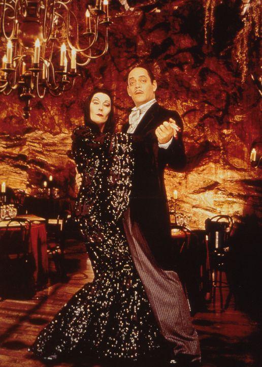 Nachwuchs bei der Addams Family: Morticia (Anjelica Huston, l.) hat ihren stolzen Gomez (Raul Julia, r.) gerade zum dritten Mal zum Vater eines klei... - Bildquelle: Paramount Pictures