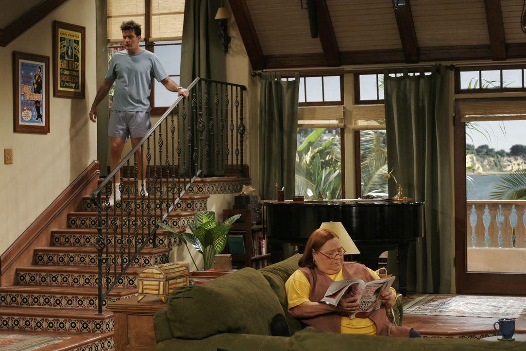 Berta (Conchata Ferrell, r.) hat es auf Alans Zimmer abgesehen und erhofft sich, dass Charlie (Charlie Sheen, l.) sie als Haushälterin mit Wohnung... - Bildquelle: Warner Brothers Entertainment Inc.