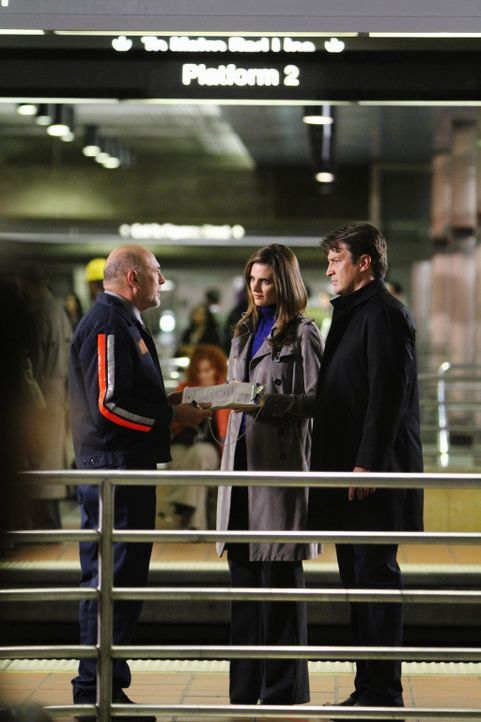 Richard Castle (Nathan Fillion, r.) und Kate Beckett (Stana Katic, M.) sind sich sicher, dass Mario Rivera (Carmen Argenziano, l.) Dreck am Stecken... - Bildquelle: 2010 American Broadcasting Companies, Inc. All rights reserved.