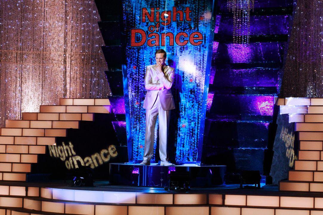 """Während der Tanzshow """"A Night of Dance"""", die von Brad Melville (Adam Harrington) moderiert wird, geschieht hinter den Kulissen ein grausamer Mord ..."""