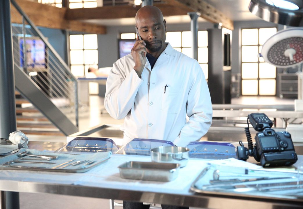Selbstmord oder Mord: Rosewood (Morris Chestnut) untersucht einen verdächtigen Fall, bei dem ein Mann, der ähnliche medizinische Auffälligkeiten wie... - Bildquelle: 20th Century Fox International Television