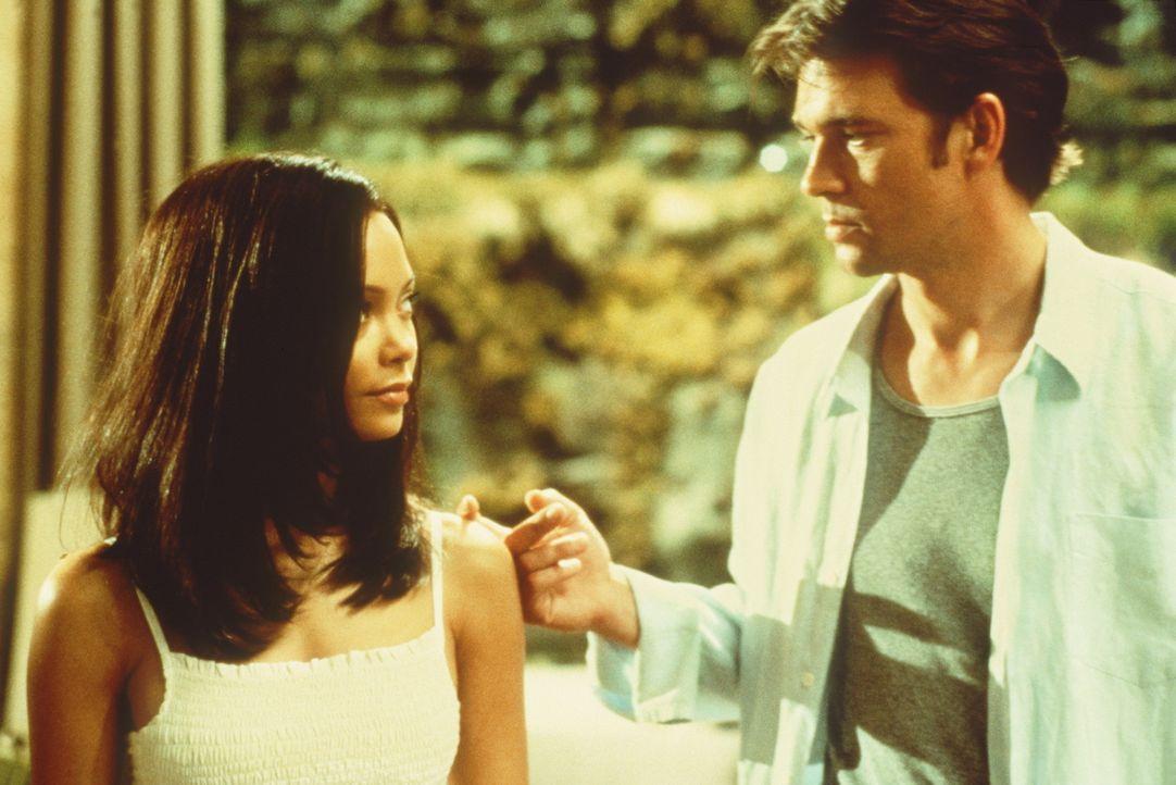 Obwohl ihr Ex-Freund Sean Ambrose (Dougray Scott, r.) ihr nicht voll und ganz traut, lässt er sich mit Nyah (Thandie Newton) ein. Doch schon bald k... - Bildquelle: Paramount Pictures