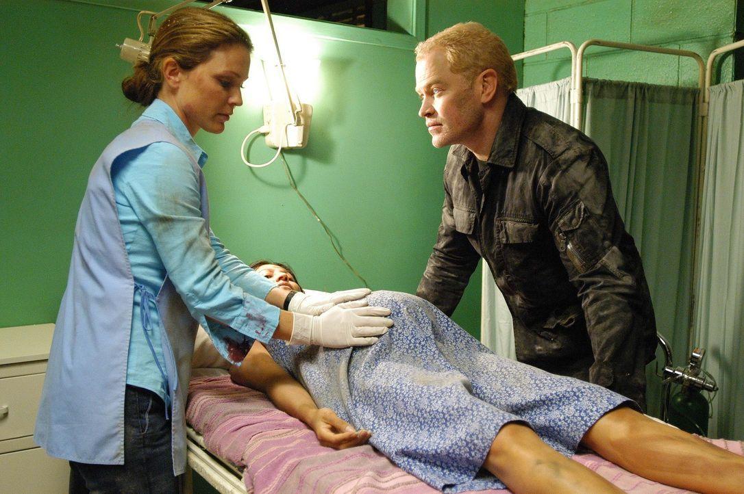 Nach einem Erdbeben versuchen Natalie (Kelli Williams, l.) und Connor (Neal McDonough, r.) eine schwangere Frau und dessen Kind zu retten ... - Bildquelle: CBS Television