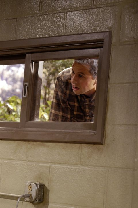 Nachdem Berta gekündigt hat, hat Alan (Jon Cryer) einiges zu tun ... - Bildquelle: Warner Brothers Entertainment Inc.