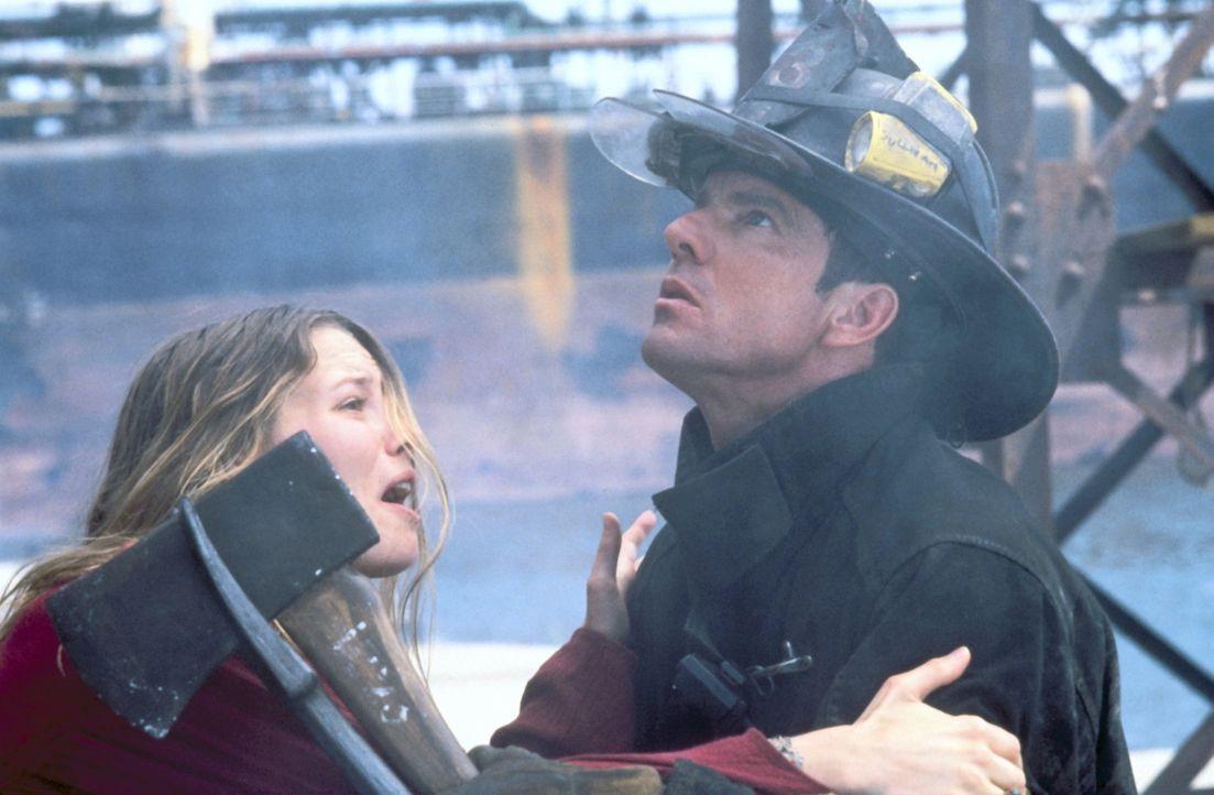 Mit aller Macht versucht Julia (Elizabeth Mitchell, l.) ihren Mann Frank (Dennis Quaid, r.) davon abzuhalten, noch einmal in die Feuerhölle zu gehe... - Bildquelle: New Line Cinema