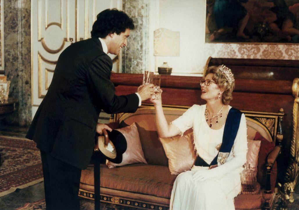 Automechaniker Eduardo (Enrico Montesano, l.) ist fest davon überzeugt, der uneheliche Sohn der englischen Königin (Vanessa Redgrave, r.) zu sein .....