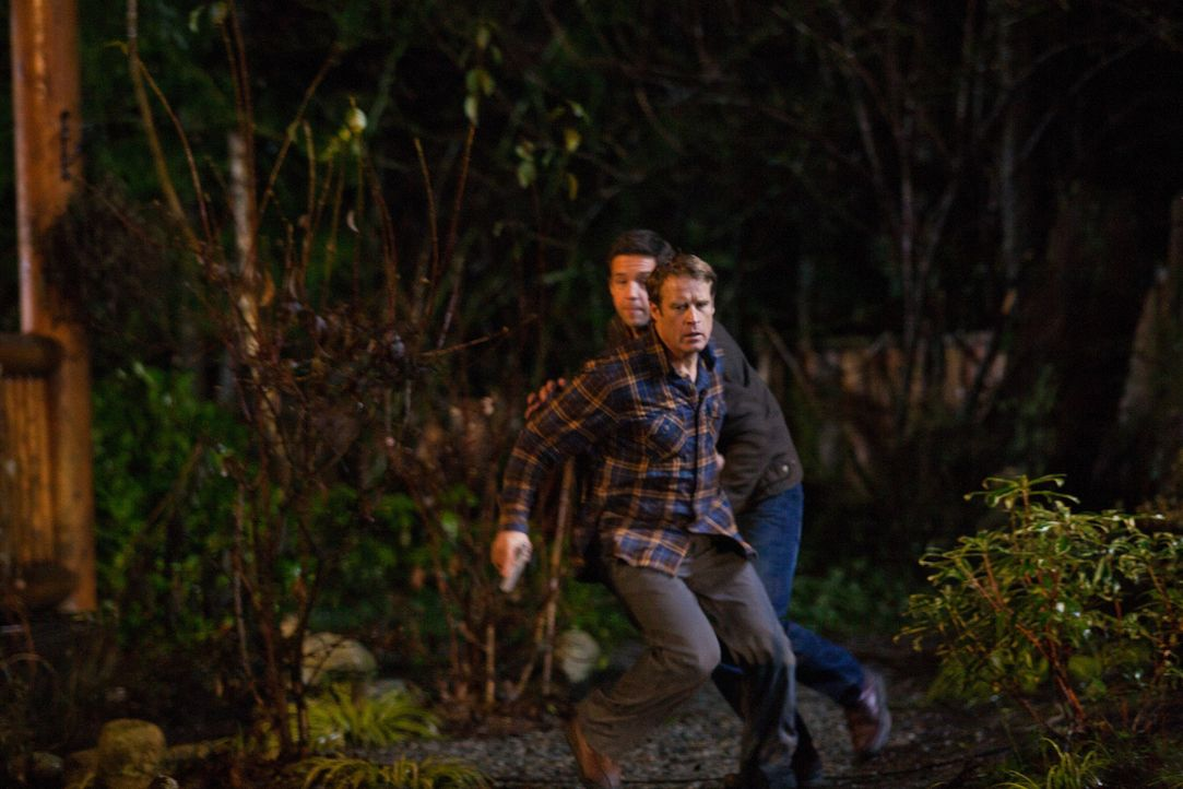 Bringt Bob (Todd Grinnell, hinten) vor seiner eigenen Frau in Sicherheit: Chance (Mark Valley, vorne) ... - Bildquelle: 2011  Warner Bros.