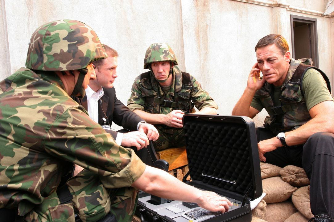 Kann der Sicherheitschef der amerikanischen Botschaft, Sam Keenan (Jean-Claude Van Damme, r.), einen Weg finden, die Rebellen Schachmatt zu setzen,... - Bildquelle: 2005 Micro Fusion 2004-15 LLP. All rights reserved.