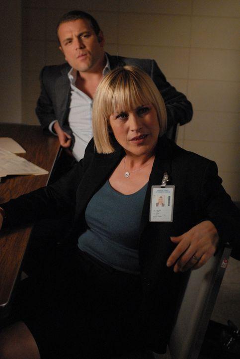 Zunehmend verstärkt sich Allisons (Patricia Arquette, r.) Vermutung, dass der Hauptverdächtige unschuldig ist. Sie muss es nur noch ihrem Kollegen D... - Bildquelle: Paramount Network Television