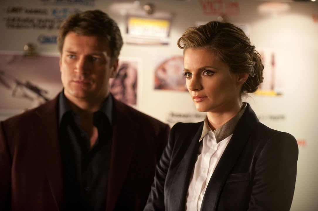 Der aktuelle Fall führt Castle (Nathan Fillion, l.) und Beckett (Stana Katic, r.) mal wieder zu dem Mann, der auch für den Tod von Becketts Mutter v... - Bildquelle: 2013 American Broadcasting Companies, Inc. All rights reserved.