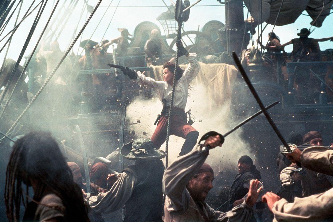 Nach der Ermordung ihres Vaters übernimmt die raubeinige Morgan (Geena Davis, M.) das Kommando über sein Piratenschiff und die Mannschaft. Und sie... - Bildquelle: VCL Communications