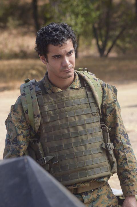 Wie wird sich Walter (Elyes Gabel) im Kriegsgebiet schlagen? - Bildquelle: Ron Jaffe 2014 CBS Broadcasting, Inc. All Rights Reserved / Ron Jaffe