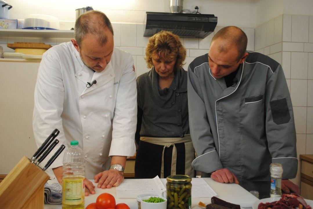 Frank Rosin (l.) gibt Enrico (r.) und seiner Mutter Doris (M.) wertvolle Tipps ... - Bildquelle: kabel eins