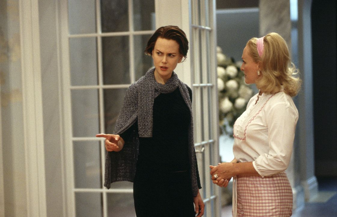 Joanna (Nicole Kidman, l.) zieht mit ihrer Familie nach Stepford. Geschockt stellt sie fest, dass dort  alle Hausfrauen (Glenn Close, r.) nur am Woh... - Bildquelle: Andrew Schwartz TM & Copyright   2004 by DreamWorks LLC and Paramount Pictures Corporation.  All Rights Reserved.