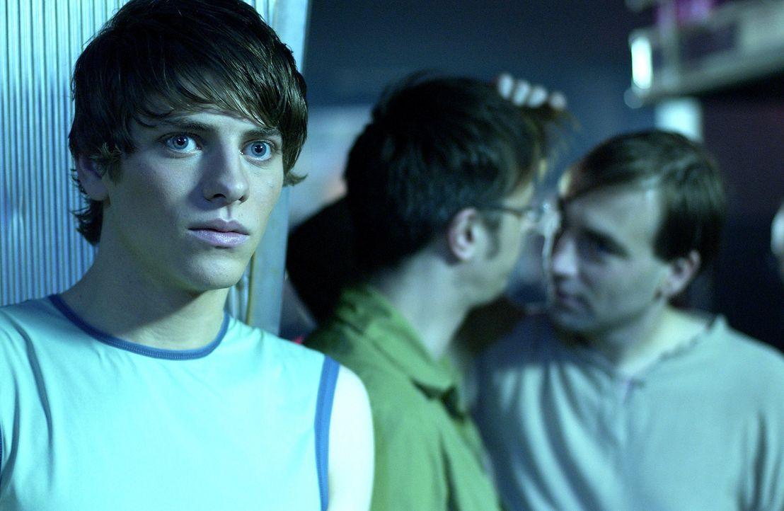 """Als """"Anfänger"""" in der Schwulenszene tut sich Max (Jonas Jägermeyr, l.) ziemlich schwer, Freunde zu finden. Da kommt ihm die heftig stimulierende """"... - Bildquelle: Gordon Mühle ProSieben"""