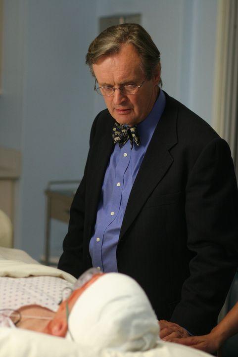 Ducky (David McCallum, r.) besucht Gibbs (Mark Harmon, l.) im Krankenhaus und hofft, dass es ihm bald wieder besser geht ... - Bildquelle: CBS Television