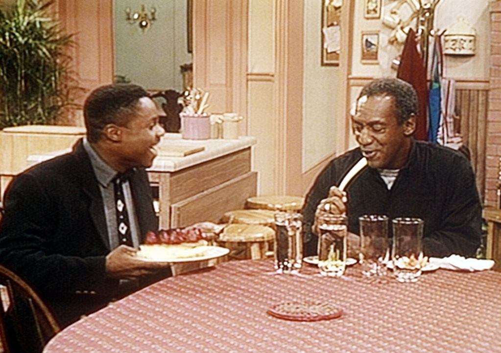 Theo (Malcolm-Jamal Warner, l.) ist froh, dass er nicht wie Cliff (Bill Cosby, r.) durch eine Radikal-Diät seinen Cholesterinspiegel senken muss un... - Bildquelle: Viacom