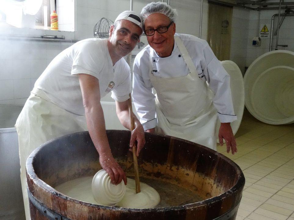 Dirk Hoffmann (r.) begibt sich auf Weltreise, um die Lieblingsgerichte der Deutschen zu finden. Da darf ein Blick in die italienische Küche nicht fe... - Bildquelle: Kabel Eins
