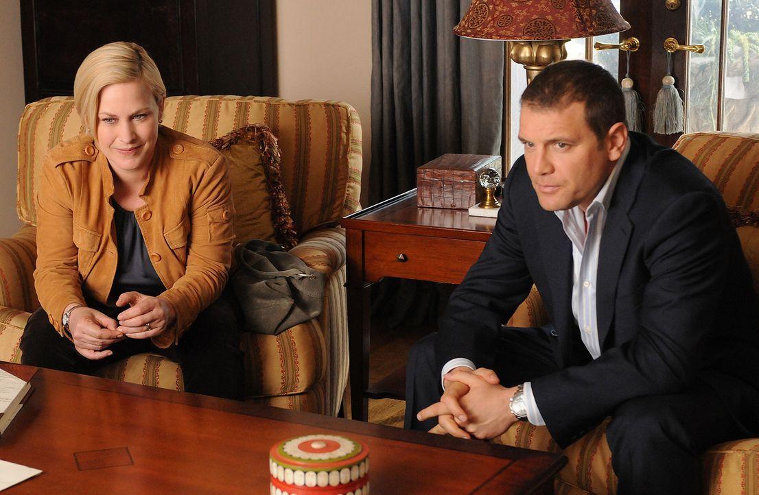 Allison Dubois (Patricia Arquette, l.) und Detective Lee Scanlon (David Cubitt, r.) sind entsetzt, als Devalos ihnen erzählt, dass er und seine Frau... - Bildquelle: Paramount Network Television