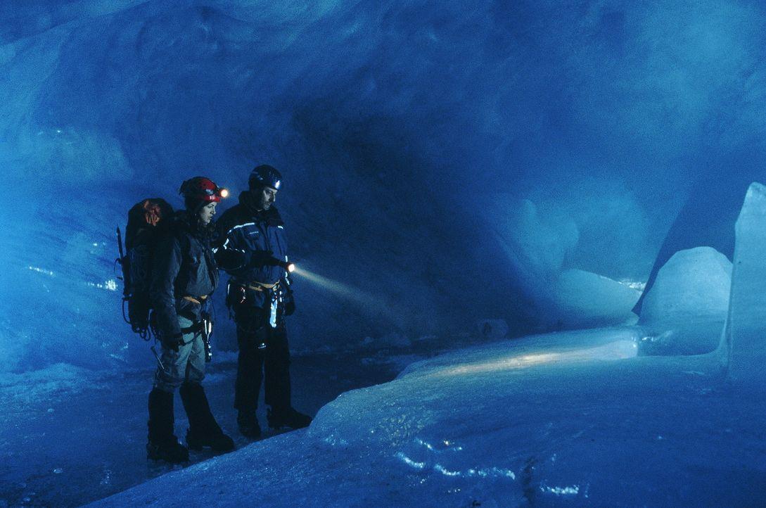 Die junge Gletscherexpertin Fanny (Nadia Ferès, l.) führt den Kommissar Pierre Nièmans (Jean Reno, r.) auf die entscheidende Spur ... - Bildquelle: TOBIS STUDIO CANAL GMBH&CO.KG