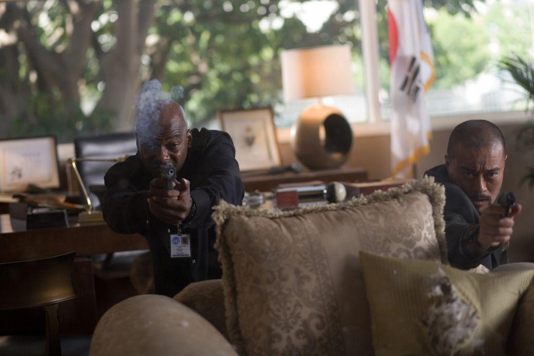 """Neil (Anthony """"Treach"""" Criss, l.) und Kim (Leo Lee, r.) müssen im Wettlauf gegen die Zeit einen atomaren Anschlag auf eine Friedenskonferenz verhind... - Bildquelle: 2009 Sony Pictures Home Entertainment Inc. All Rights Reserved."""