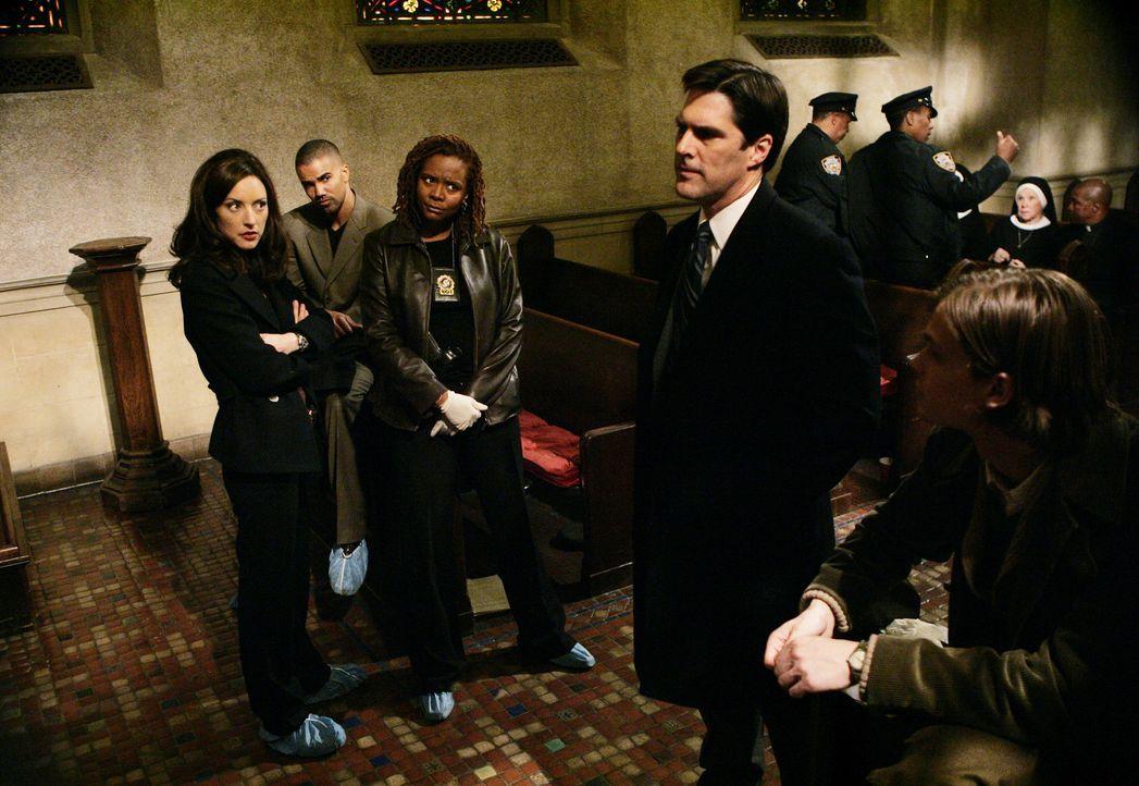 Das BAU-Team wird erstmals nach New York City gerufen, wo jemand in Serie Selbstjustiz ausübt. Aaron (Thomas Gibson, 2.v.r.), Reid (Matthew Gray Gu... - Bildquelle: Touchstone Television