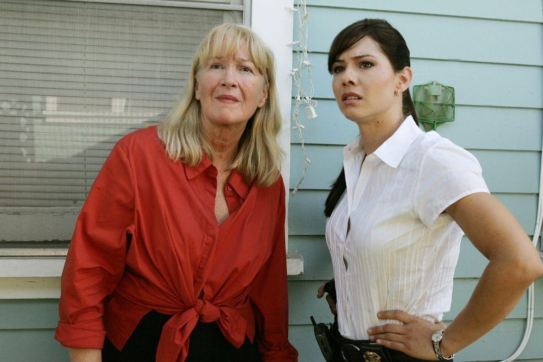 Zelda (Diane Ladd, l.) und Josie (Sarah Brown, r.) glauben ihren Augen kaum zu trauen ... - Bildquelle: Warner Bros. Television