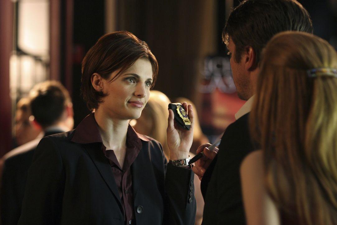 Richard (Nathan Fillion, M.) und Alexis Castle (Molly C. Quinn, r.) sind sehr überrascht als auf einer Party plötzlich Kate Beckett (Stana Katic, l.... - Bildquelle: ABC Studios