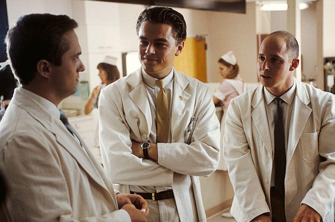 Ob Dr. Harris (Shane Edelman, r.) und Dr. Ashland (Jonathan Brent, l.) wohl merken, dass Frank Abagnale (Leonardo DiCaprio, M.) kein richtiger Arzt... - Bildquelle: TM &   2003 DreamWorks LLC. All Rights Reserved