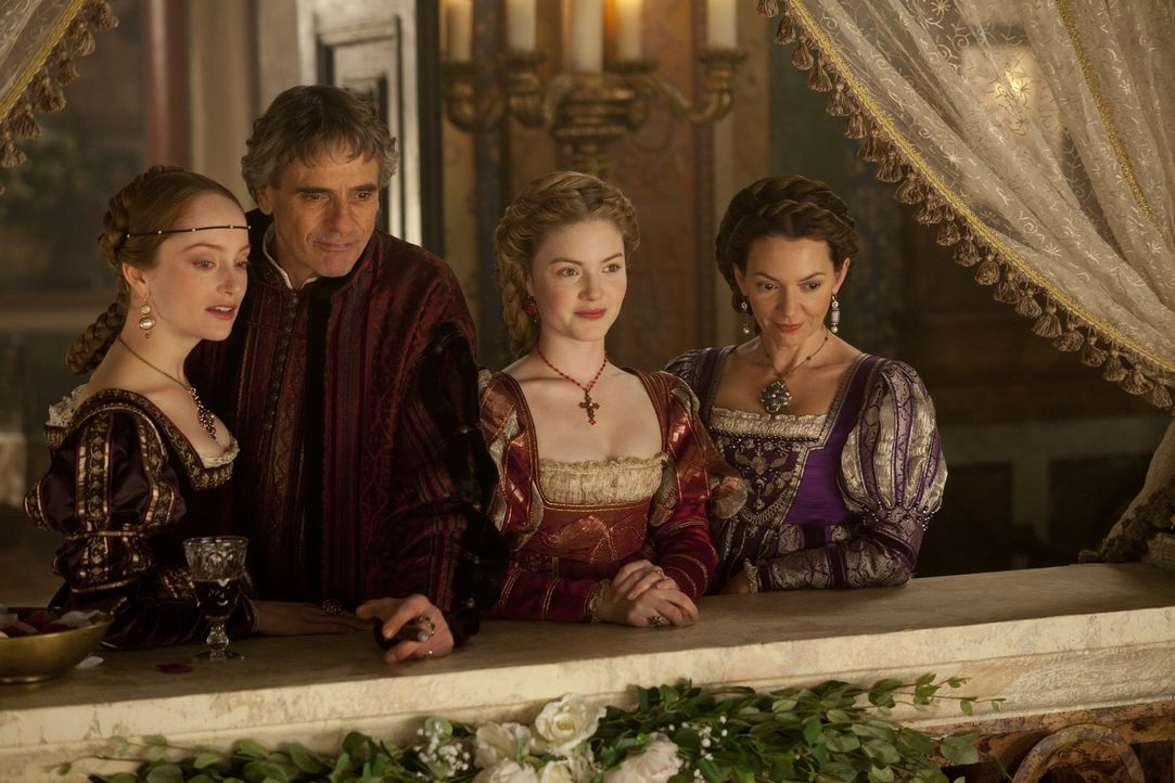 Giulia (Lotte Verbeek, l.), Alexander VI (Jeremy Irons, 2. v. l.), Lucrezia (Holliday Grainger, 2. v. r.) und Vanozza (Joanne Whalley, r.) wollen ei... - Bildquelle: Jonathan Hession LB Television Productions Limited/Borgias Productions Inc./Borg Films kft/ An Ireland/Canada/Hungary Co-Production. All Rights Reserved.