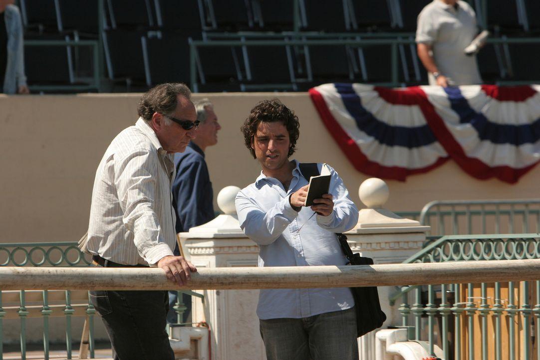 Helfen Don bei seinen Recherchen: Charlie (David Krumholtz, r.) und Alan (Judd Hirsch, l.) ... - Bildquelle: Paramount Network Television