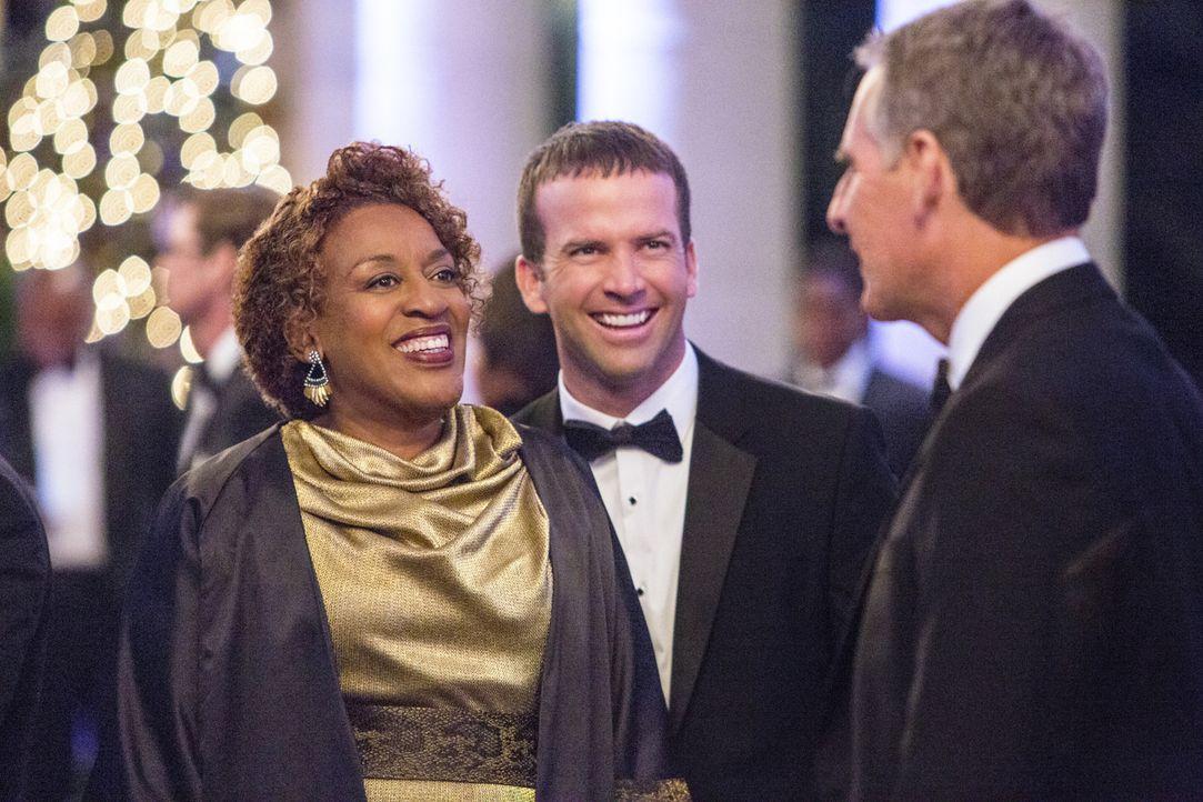 Noch ahnen sie nicht, dass die Benefiz-Gala mit einem Bombenanschlag enden wird: Pride (Scott Bakula, r.), Lasalle (Lucas Black, M.) und Wade (CCH P... - Bildquelle: 2014 CBS Broadcasting Inc. All Rights Reserved.