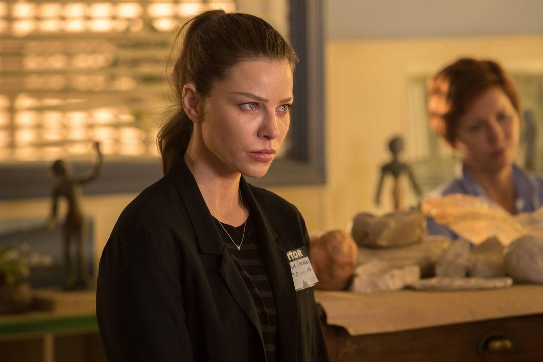 Die plötzliche Nähe, die Maze ständig zu Chloe (Lauren German) sucht, bringt die Polizistin in unangenehme Situationen ... - Bildquelle: 2016 Warner Brothers