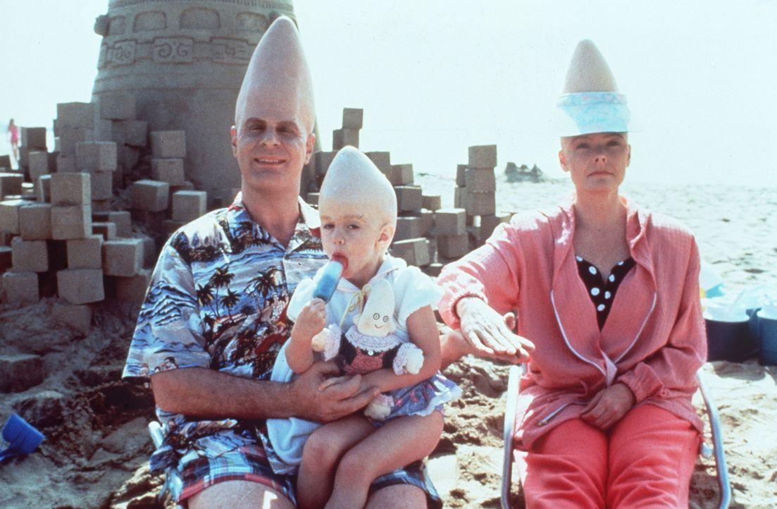 Ein ganz normaler Familienurlaub? Beldar (Dan Aykroyd l.) mit seiner Tochter Connie (Michelle Burke, M.) und seiner Frau Prymaat (Jane Curtin, r.) a... - Bildquelle: Paramount Pictures