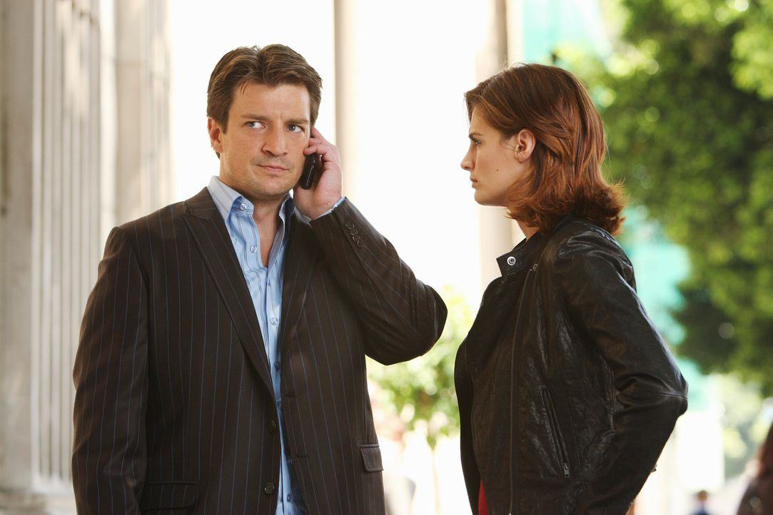 Nach dem Mord an einem Trickbetrüger begeben sich Beckett (Stana Katic, r.) und Castle (Nathan Fillion, l.) auf Spurensuche. - Bildquelle: ABC Studios