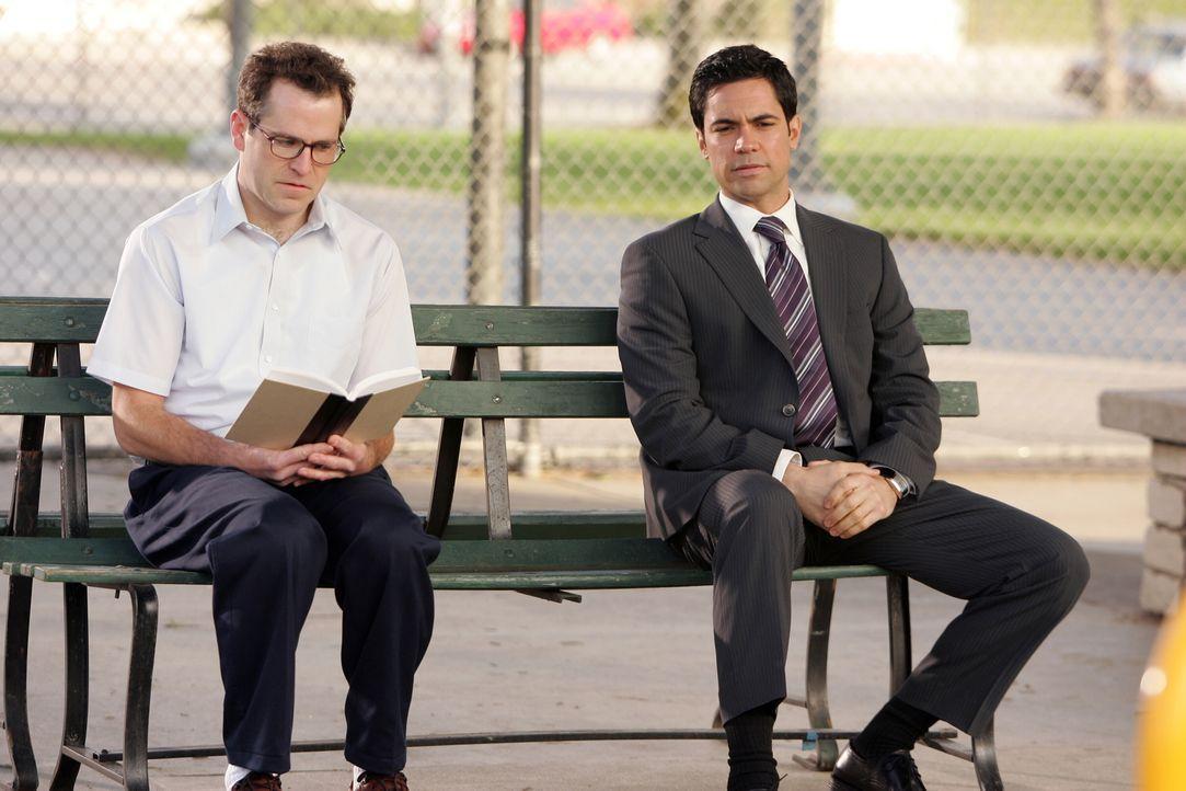 Bob (Christopher Goodson, l.) scheint es unangenehm zu sein, dass Scott Valens (Danny Pino, r.) neben ihm auf der Parkbank sitzt ... - Bildquelle: Warner Bros. Television