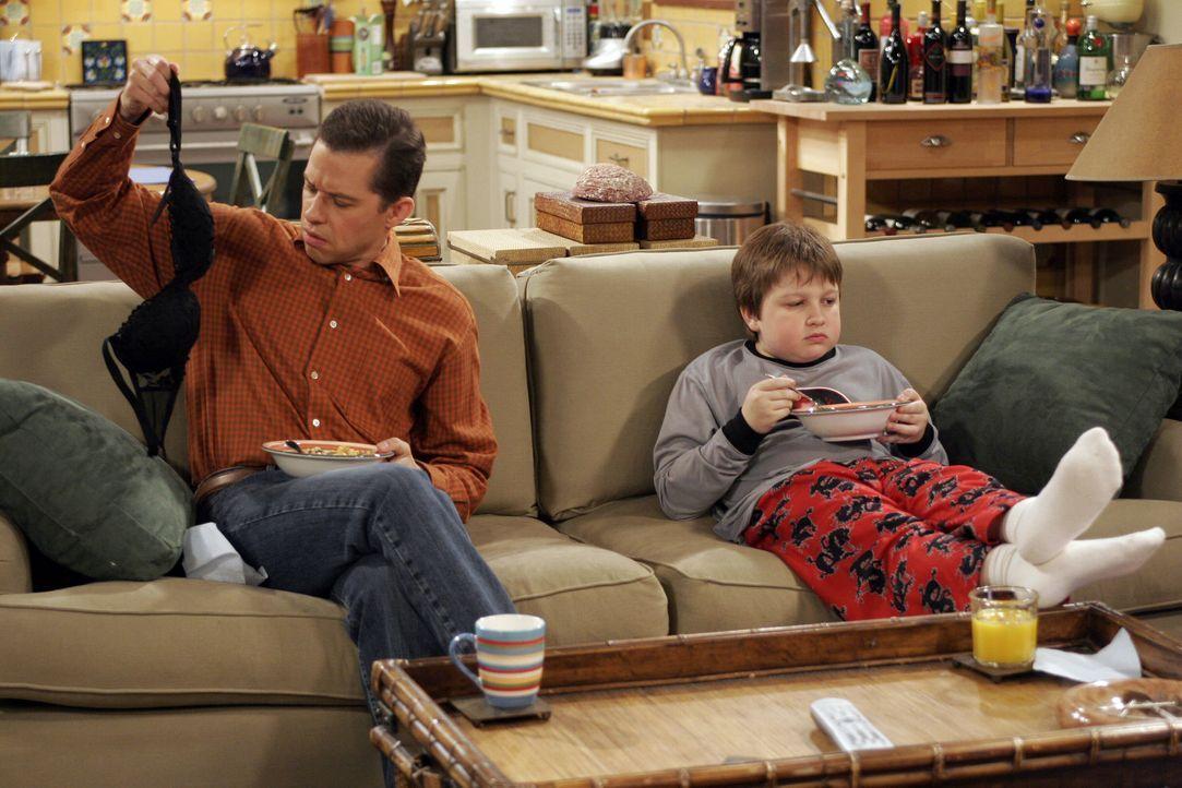 Jake (Angus T. Jones, r.) und Alan (Jon Cryer, l.) wollen einen gemütlichen Abend verbringen, doch da kommt einiges dazwischen ... - Bildquelle: Warner Bros. Television