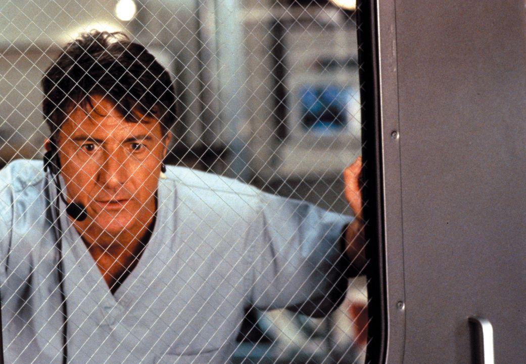 Colonel Sam Daniels (Dustin Hoffman) wird von seinem Vorgesetzten abkommandiert, im fernen Afrika den Ausbruch einer lebensbedrohlichen Virus-Epidem... - Bildquelle: Warner Brothers International Television Distribution Inc.