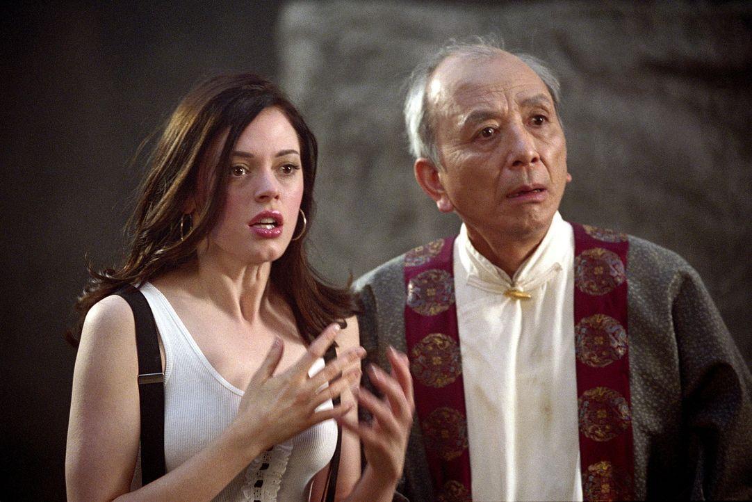 Paige (Rose McGowan, l.) und der Zen-Meister (James Hong, r.) sind im Land Limbo gefangen ... - Bildquelle: Paramount Pictures