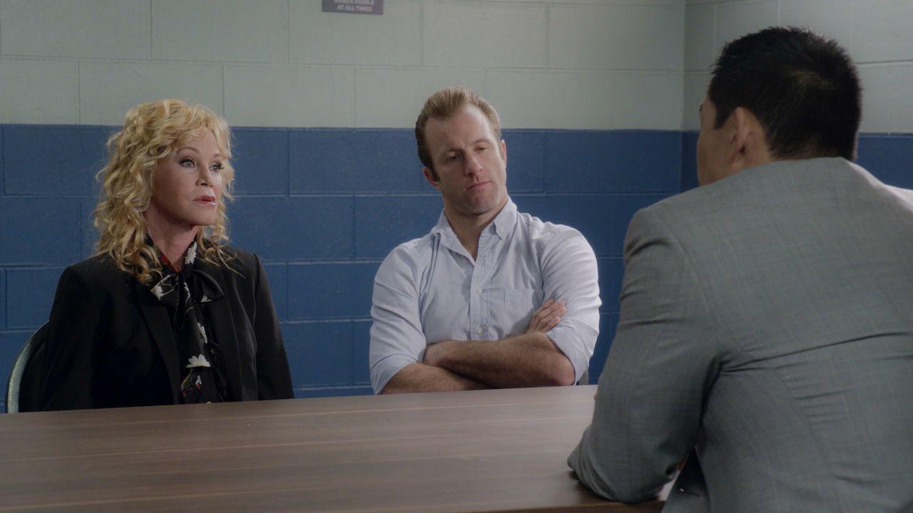 Während Dannys (Scott Caan, r.) Mutter Clara (Melanie Griffith, l.) vom FBI über den Tod ihres Sohnes befragt wird, muss Steve zusammen mit einem Au... - Bildquelle: 2016 CBS Broadcasting, Inc. All Rights Reserved