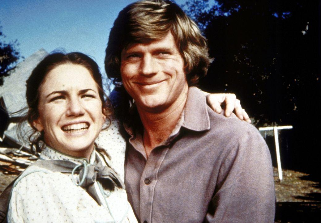 Laura (Melissa Gilbert, l.) und Almanzo (Dean Butler, r.) stehen vor den Ruinen ihres alten Hauses. - Bildquelle: Worldvision