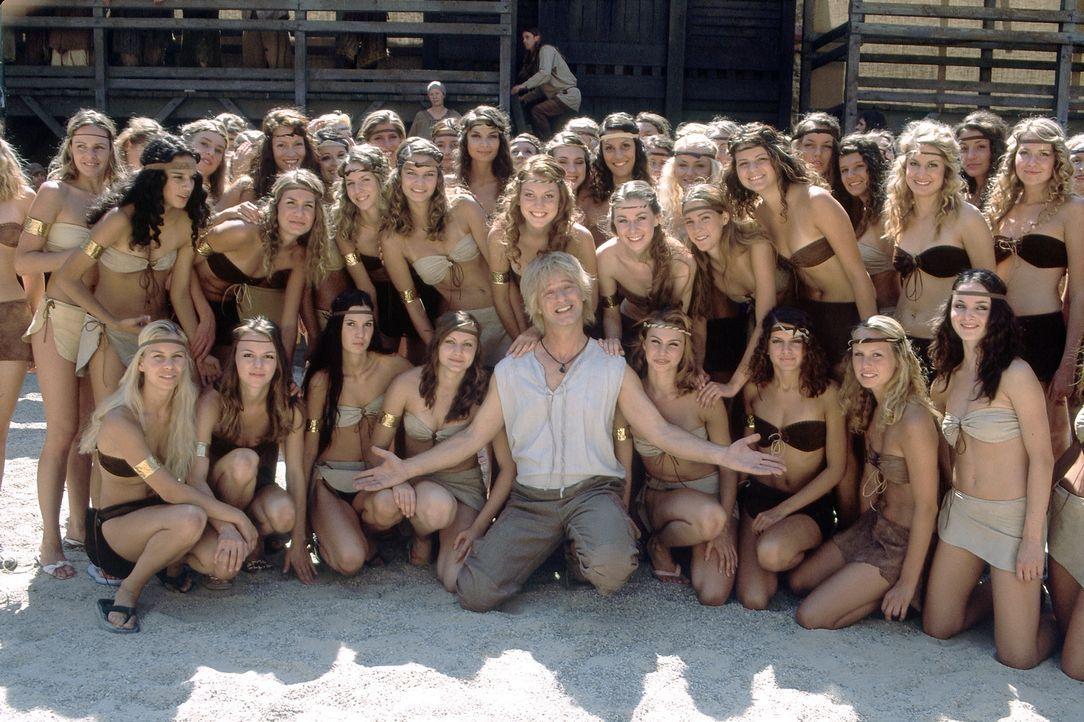 Die Frauen liegen ihm zu Füßen: Siegfried (Tom Gerhardt, M.) - Bildquelle: Constantin Film