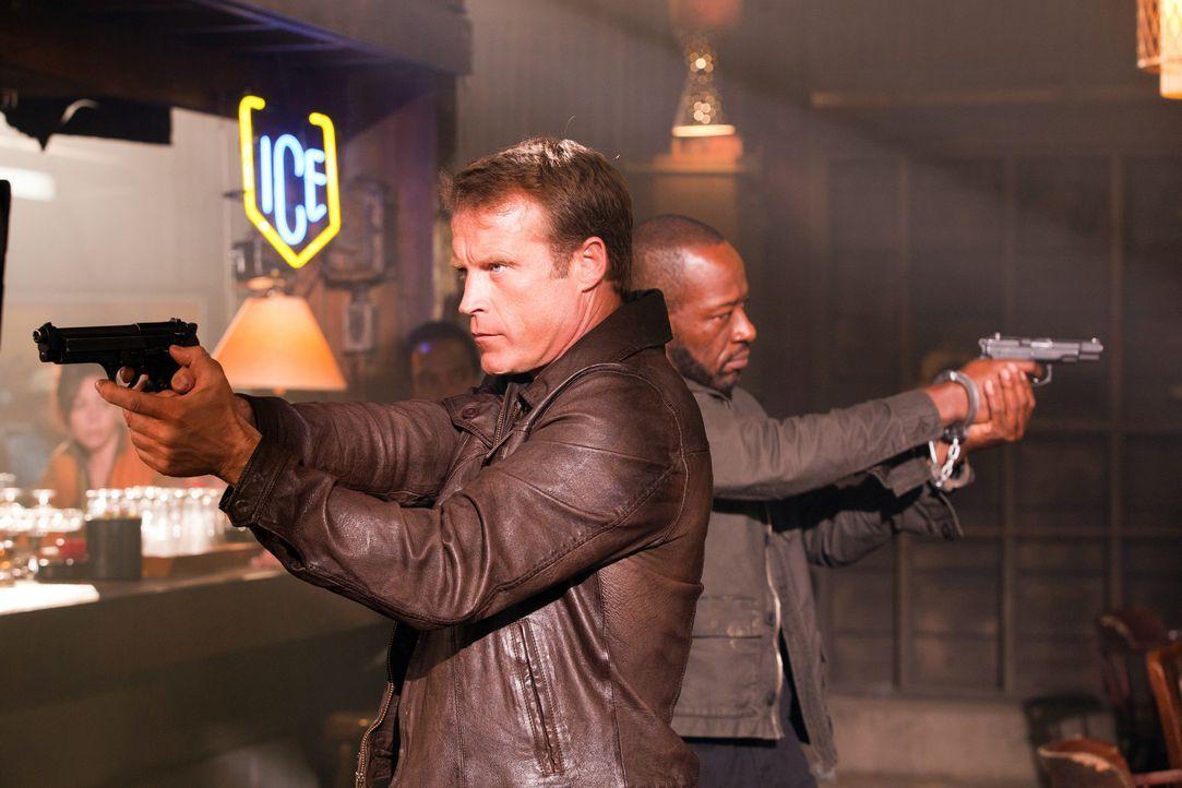 Chance (Mark Valley, l.) höchstpersönlich wollte für diese Mission seinen Erzrivalen Babtiste (Lennie James, r.) als Verbündeten. Kann er ihm auch w... - Bildquelle: 2011  Warner Bros.